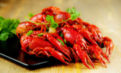"""小龙虾配啤酒 湖北潜江""""加油小龙虾""""正在成为上海夜间的新时尚 2019年,我国小龙虾养殖总产量达208.96万吨「图」"""