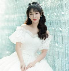 杨紫白色露肩泡泡袖长裙优雅 珍珠发箍波浪卷发造型似公主